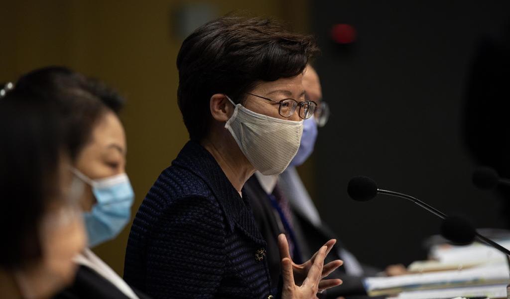 Hong Kong demora comicios un año por brote de COVID-19