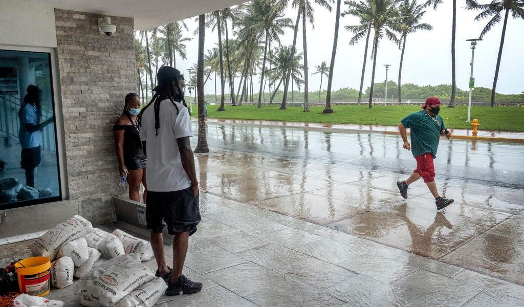 Tormenta Isaías pasa sin tocar la costa este de Florida