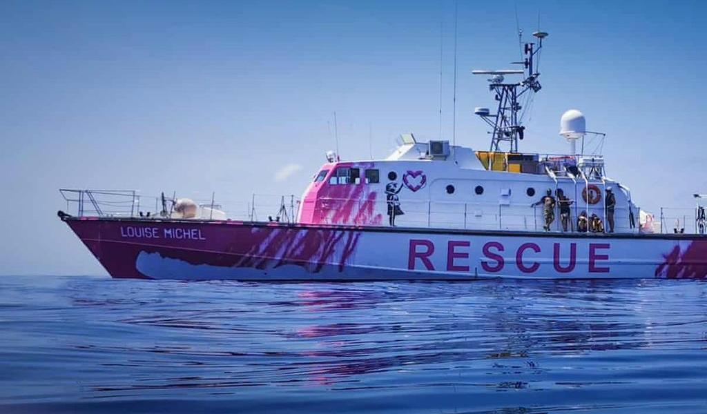 Migrantes del barco de Banksy son rescatados por Guardia Costera italiana