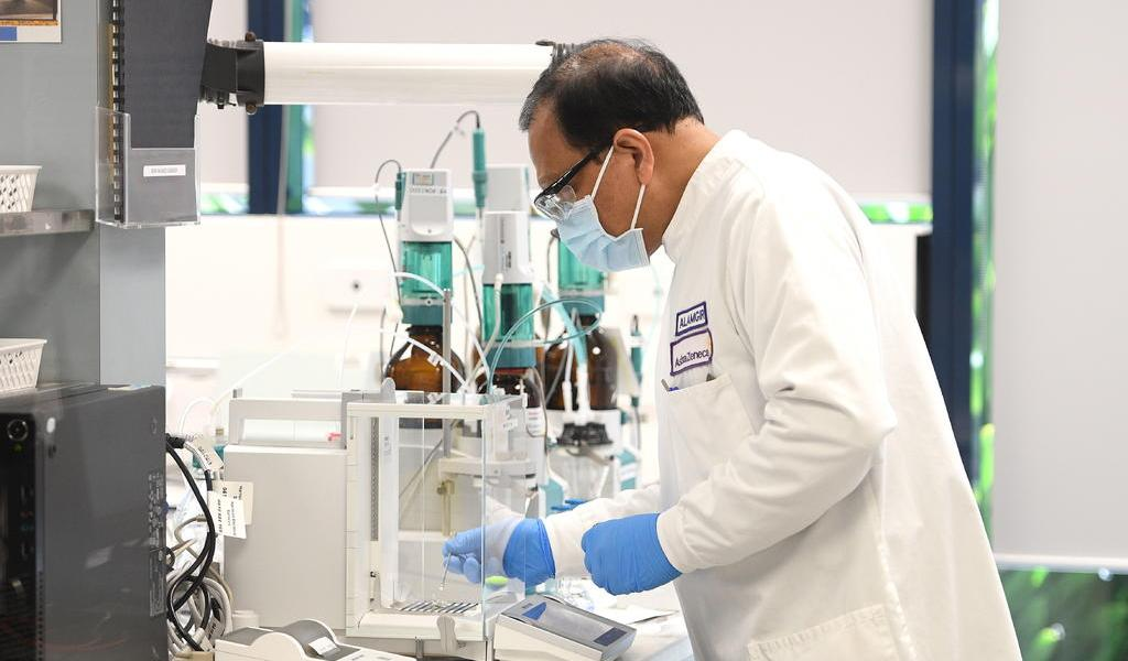 AstraZeneca pausa las pruebas de la vacuna contra el COVID-19