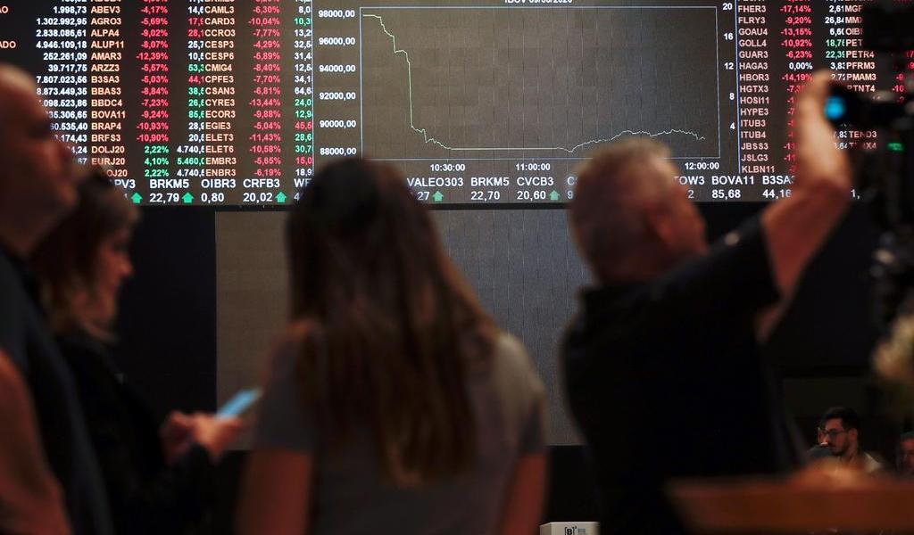 Bolsa de Sao Paulo resiste en verde impulsada por Vale y Petrobras