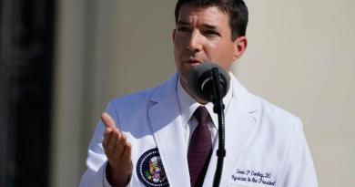 Trump 'no está fuera de peligro' pese a salir del hospital, dice su médico