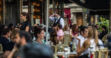 Decreta Francia alerta máxima por coronavirus en París; ordenan cierre de bares