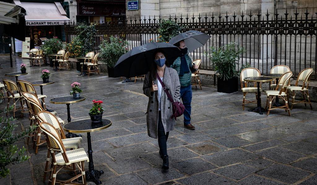 Macron anuncia toque de queda en París y otras ocho ciudades por COVID-19