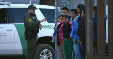 Captura de indocumentados en la frontera de EUA cae a la mitad
