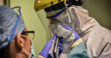 Italia supera los 21,000 casos diarios de COVID-19