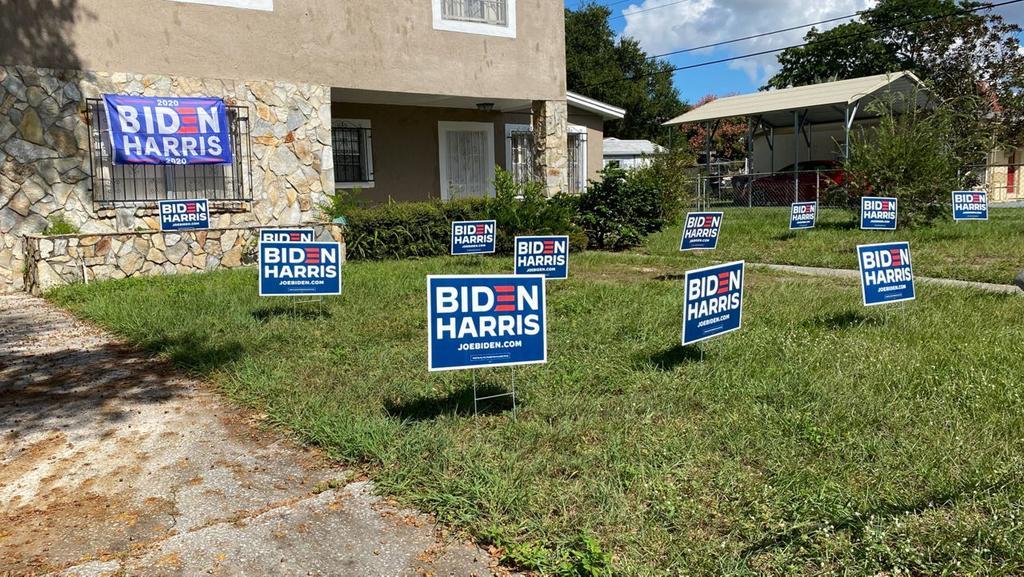 Acusan a hombre de derribar carteles de Biden con bulldozer en Florida