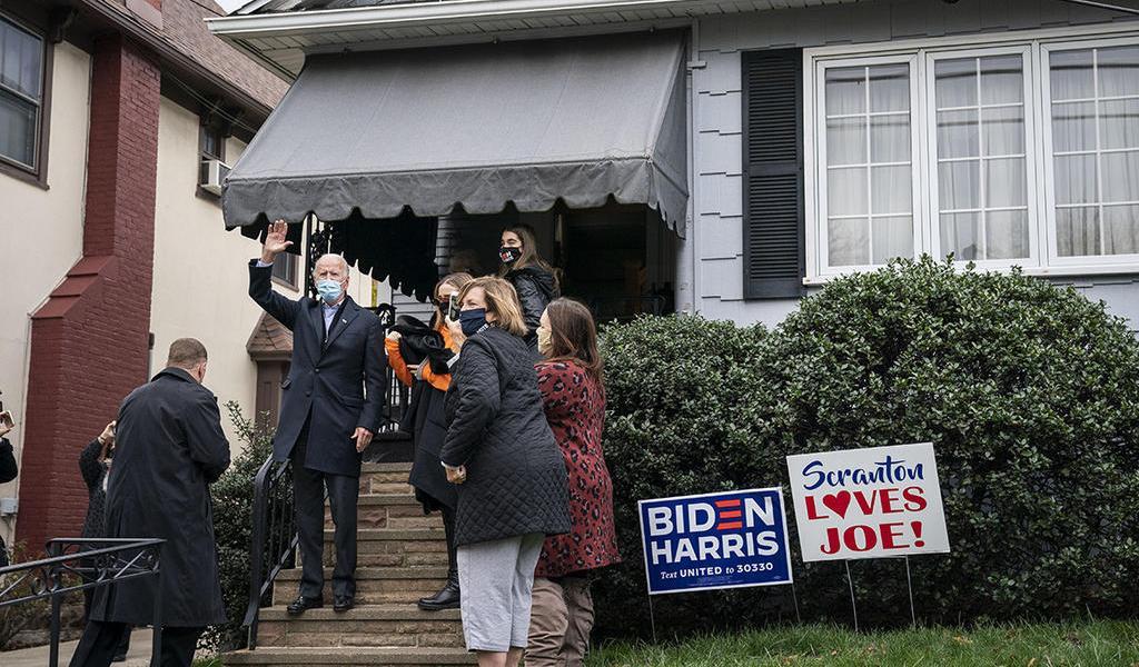 Vuelve Biden a la casa de su niñez; escribe 'desde este hogar a la Casa Blanca'