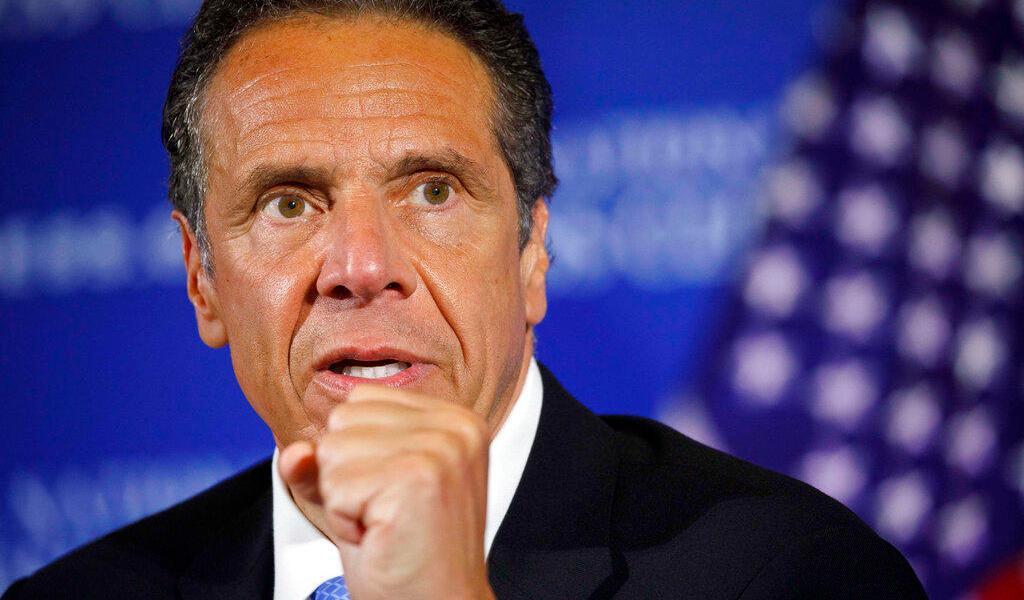 Gobernador de Nueva York firma ley que limita detención a migrantes