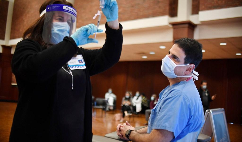Administran vacunas de Pfizer y Moderna en EUA