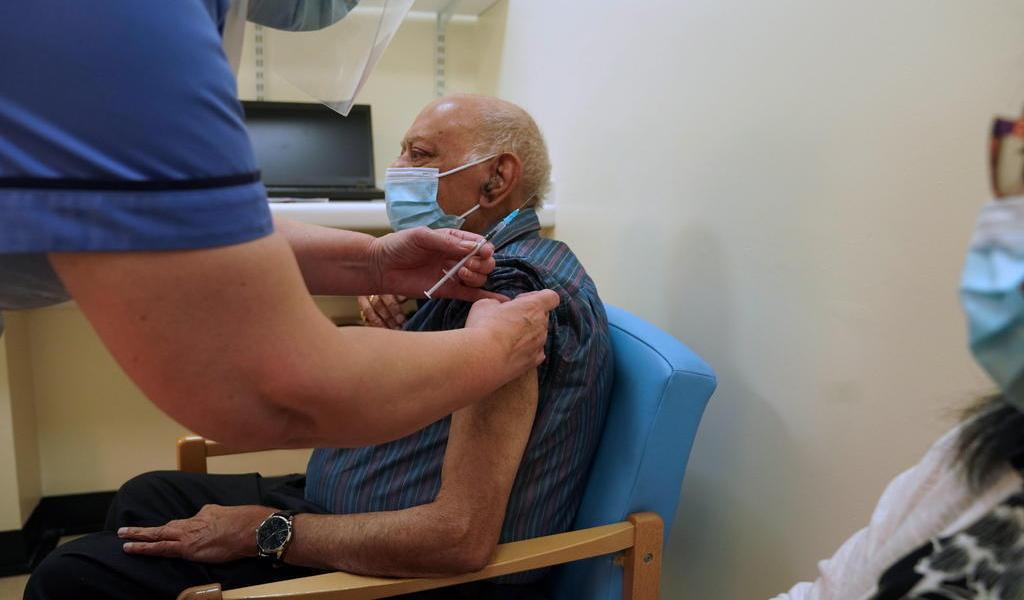 Se aceleran vacunaciones contra COVID-19 a nivel mundial