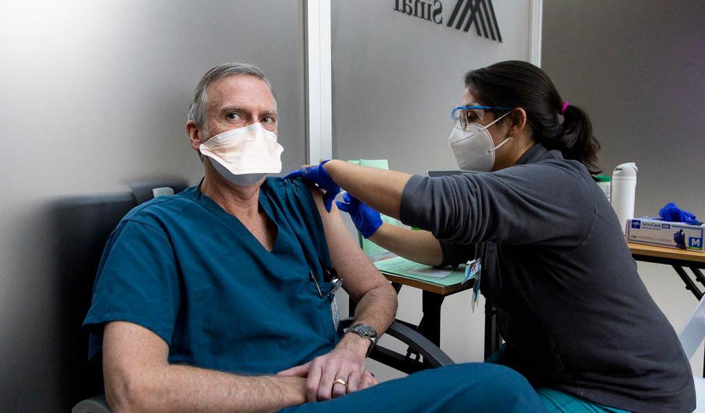 Vacunación en EUA encuentra resistencia en sector de salud