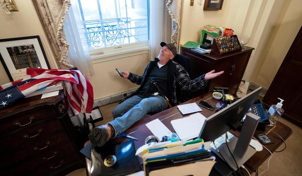 Detienen a hombre que irrumpió en la oficina de Pelosi en el Capitolio