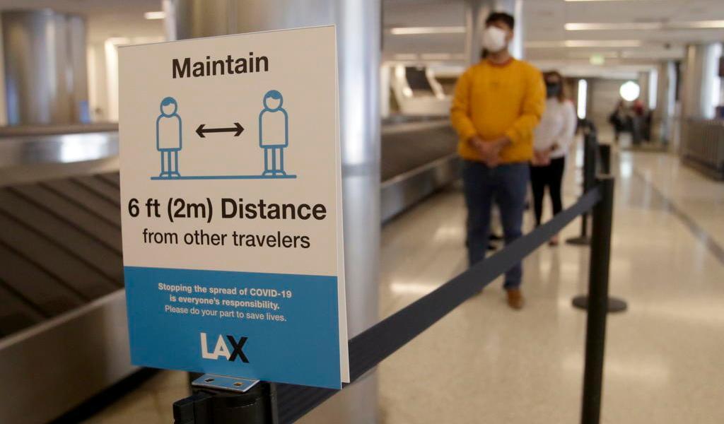 Planea EUA exigir test de COVID negativo antes de volar al país