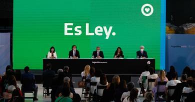 Presidente de Argentina firma decreto que promulga ley de aborto