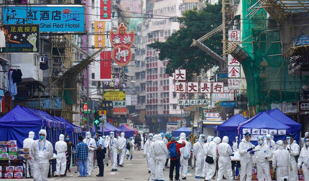 Confinan a miles de habitantes en Hong Kong para contener brote de COVID