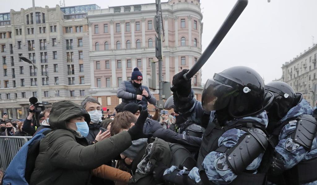 Multa Rusia a redes sociales por llamar a menores a asistir a protestas