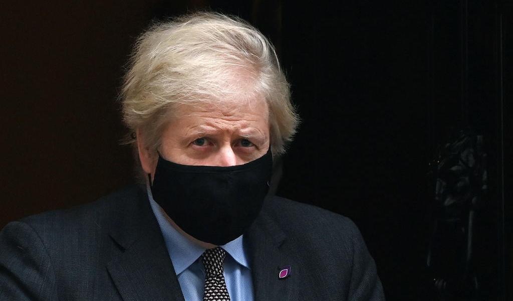 Confirma Boris Johnson cuarentena a viajeros de países con nuevas cepas
