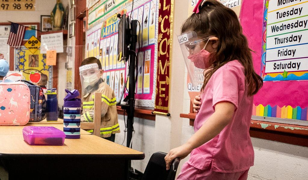 CDC de EUA presentan guía preventiva de COVID-19 para regreso a clases