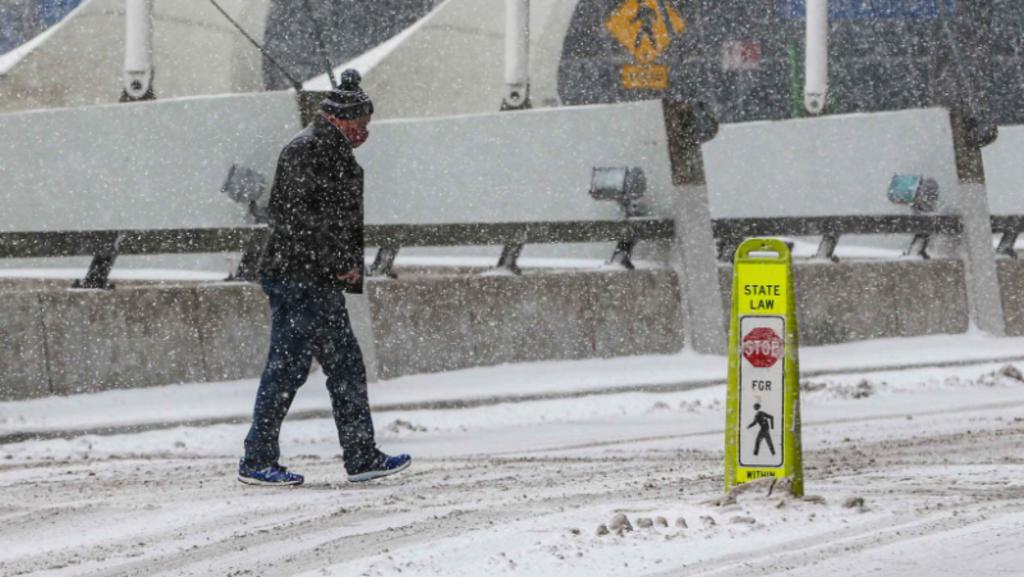Tormenta deja cortes de luz y llanuras nevadas en Texas