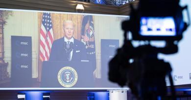 Pide Biden a aliados demostrar que 'la democracia cumple'