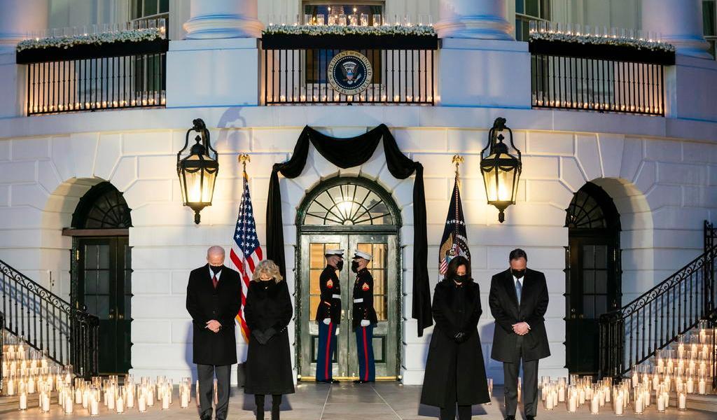 Asegura Biden que 'hay luz en la oscuridad' ante cifra de muertes por COVID