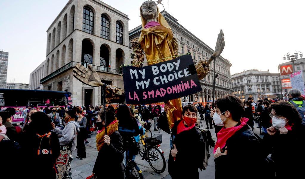 Miles de mujeres se manifiestan por la igualdad en Italia