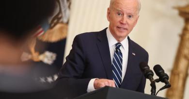 Biden critica a México por no acoger a familias migrantes que EUA deporta