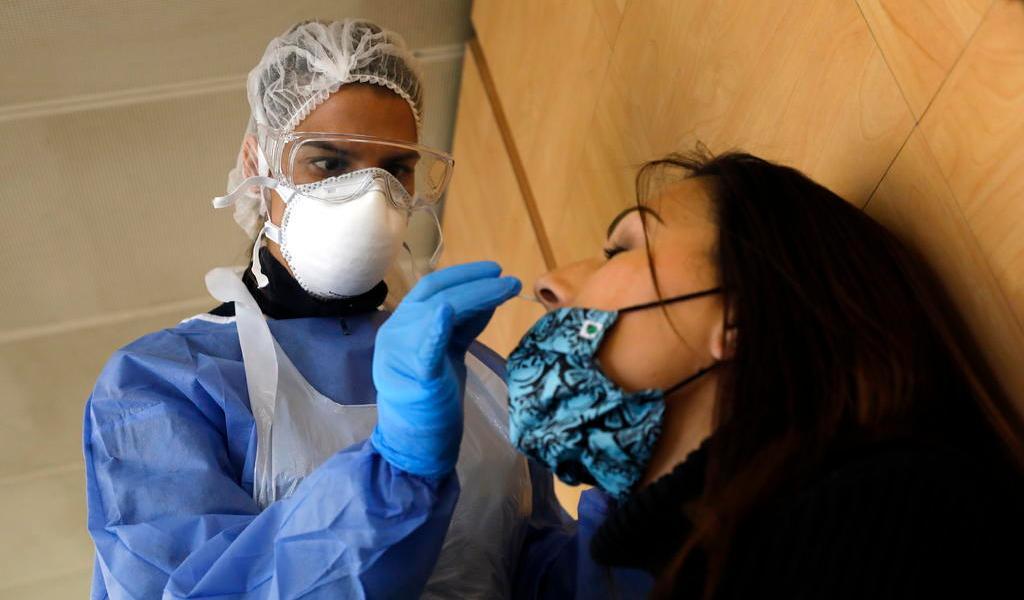 Notifica Francia 897 muertos más; aumenta presión en hospitales