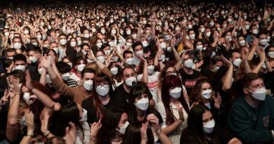 Love of Lesbian celebra el primer concierto masivo y sin sana distancia en España
