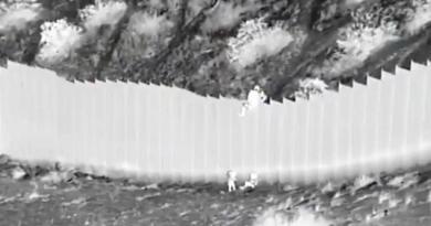 Niñas que fueron lanzadas por el muro de EUA, ya están con su familia
