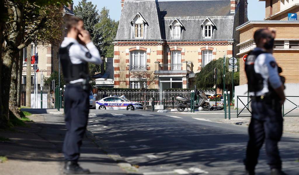 Asesinan a policía cerca de París; Fiscalía investiga terrorismo