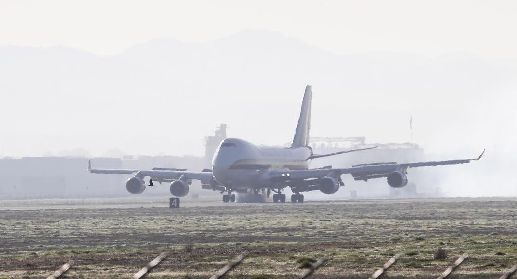 Aterriza avión en Los Ángeles tras impactar ave con turbina
