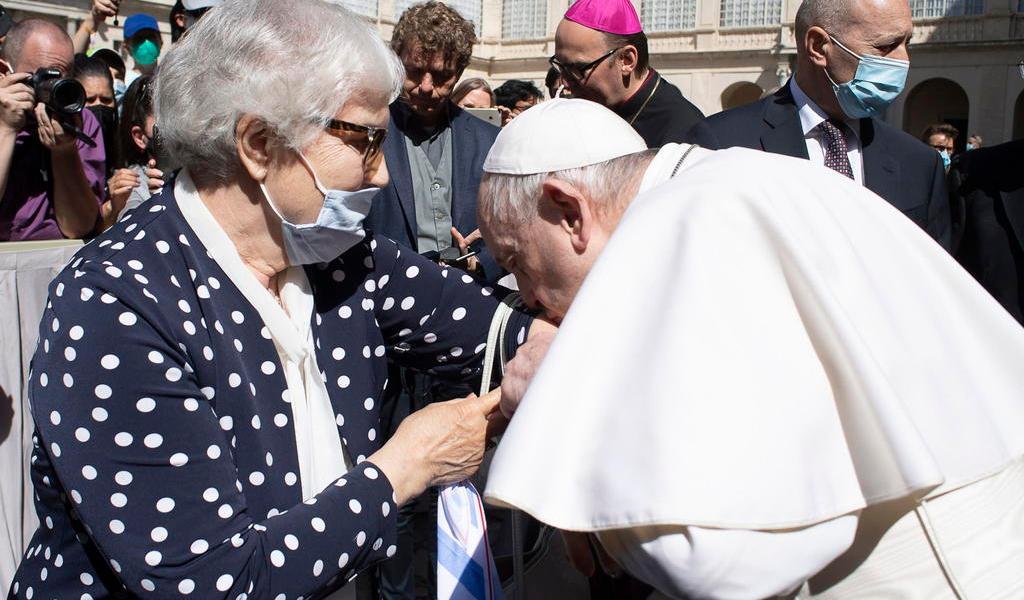 Papa Francisco besa tatuaje en el brazo de sobreviviente de Auschwitz