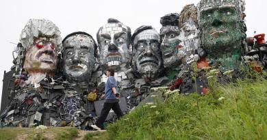 Reciben a líderes del G7 en Cornualles con escultura de residuos llamada 'Mount Recyclemore'