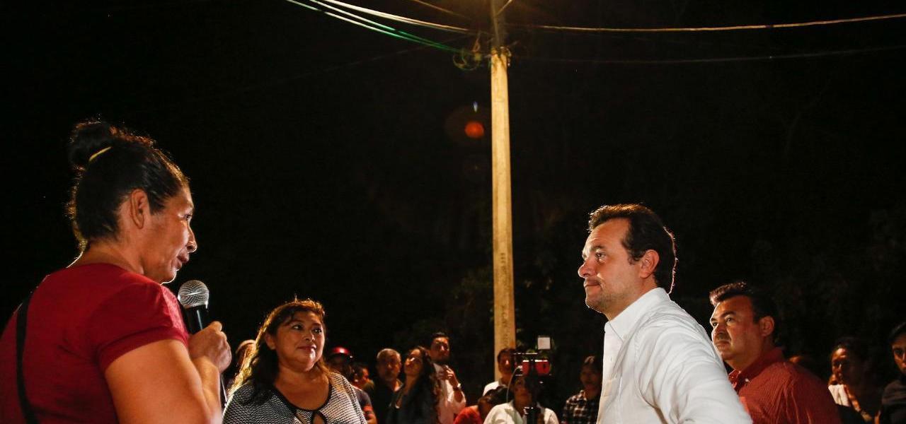 Cumple Pedro Joaquín con modernización de luminarias en Las Fincas de Cozumel