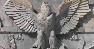 """""""Descabezan"""" águila en el Hemiciclo a Juárez"""