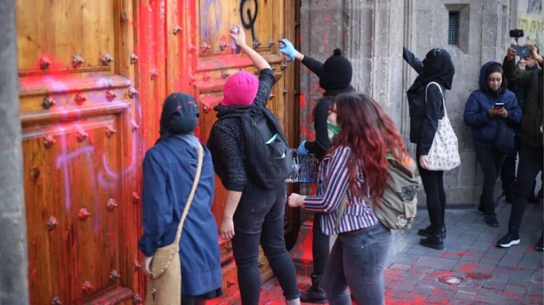 """""""Que no nos pinten las puertas"""", pide AMLO a feministas"""