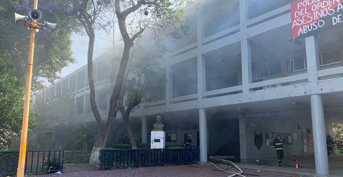 Incendio consume mesas y libros en la Prepa 8 de la UNAM