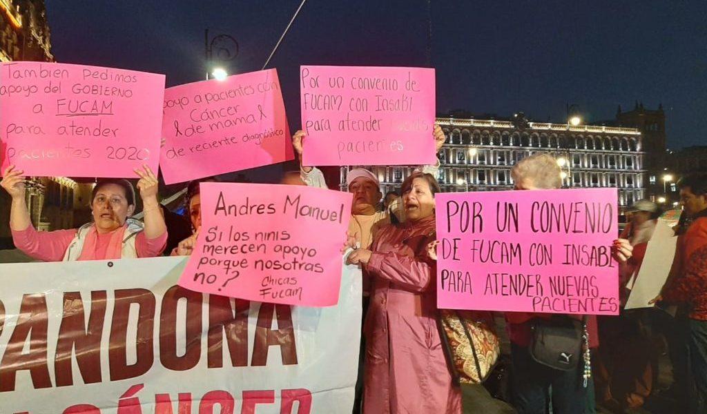 Protestan, otra vez, mujeres con cáncer afuera de Palacio Nacional (VIDEO)