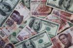 Peso gana 0.90%; dólar cotiza en $24.07 por unidad en bancos