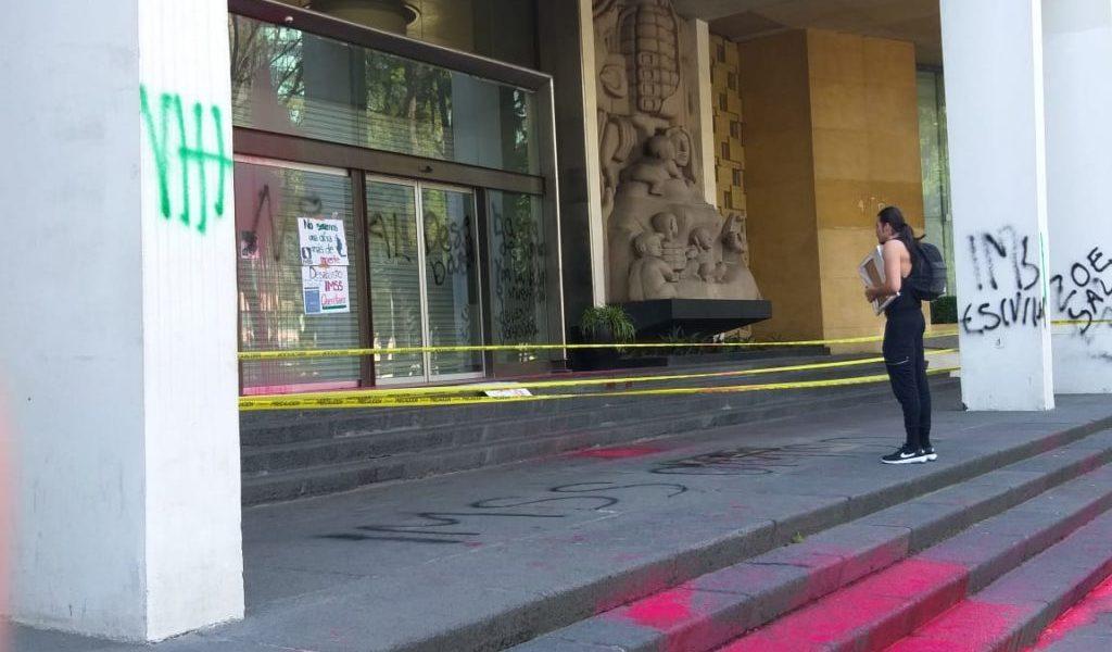 Pacientes con VIH exigen medicamentos y vandalizan sede del IMSS