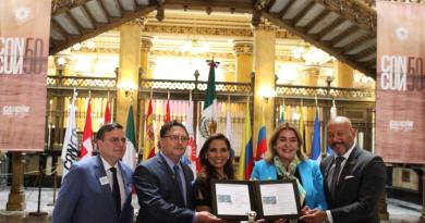 La presidente Municipal Mara Lezama atestiguó la promoción del 50 Aniversario de Cancún con estampilla postal