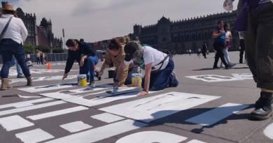 Pintan en el Zócalo nombres de mujeres víctimas de feminicidio