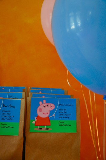 peppa pig party giveaway bag with blue balloons