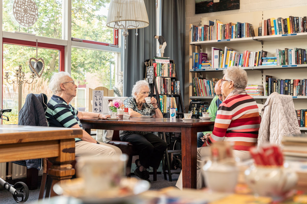 koffiedrinken gezellig ouderen