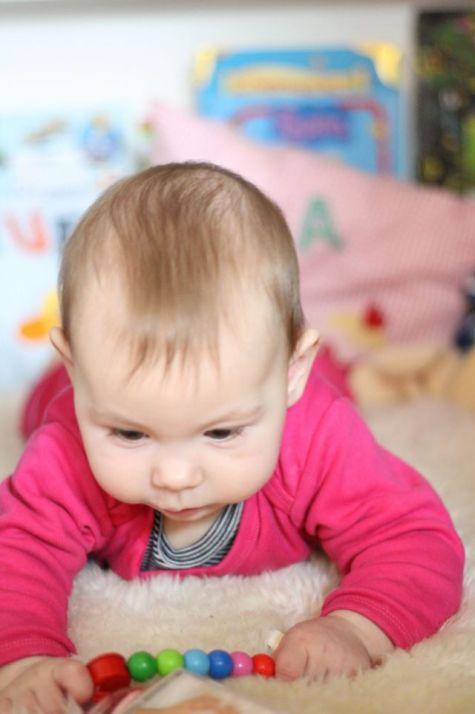 Baby lernt greifen