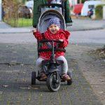 Um auch die süßen Kinderaugen der kleinen Maus strahlen zu lassen darf sie natürlich auf ihrem Dreirad draußen nach Lust und Laune fahren. Sie liebt das clevere Fahrzeug heiß und innig. Es ist bereits ab einem Alter von neun Monaten einsetzbar. Ein Sicherheitsbügel und ein Gurt macht die ganze Fahrt auch für unsere kleinen Fahrgäste sicher. Mit der Zeit kann der Sicherheitsgurt abgenommen werden.