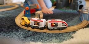 Kind spielt mit Spielzeug ab 3 Jahren perfekte Geschenkidee