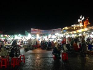 Der Place Djamee El Fna bei Nacht
